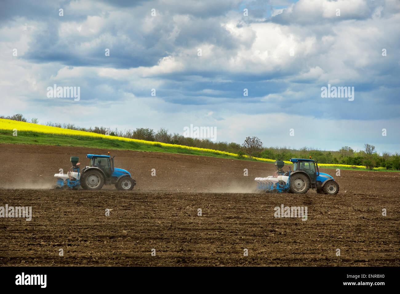 Un campo con una agricultura de tractores Imagen De Stock