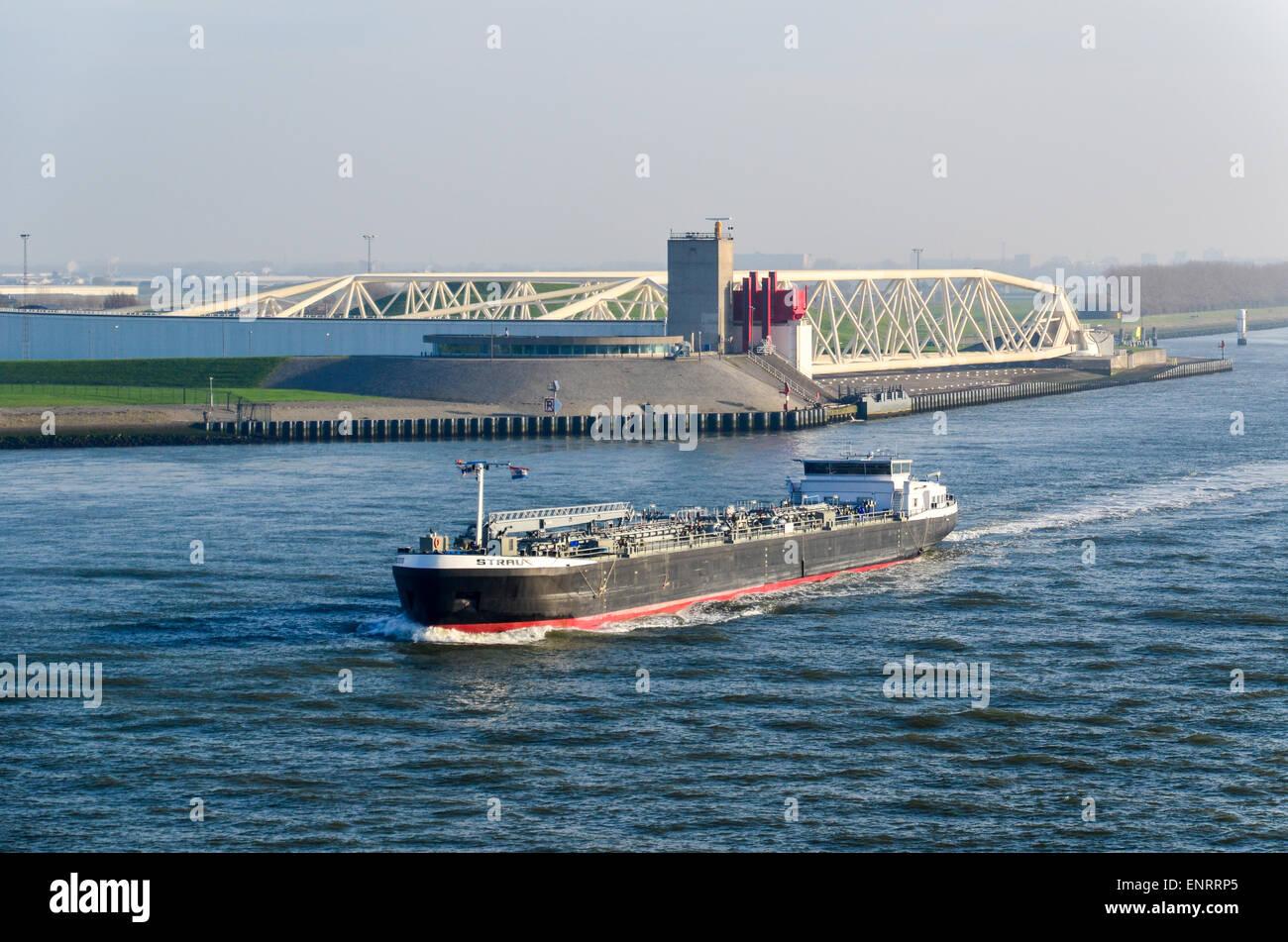 Una barcaza química pasando el sobre la Nieuwe Waterweg Maeslantkering, Rotterdam, una marejada barrera Imagen De Stock