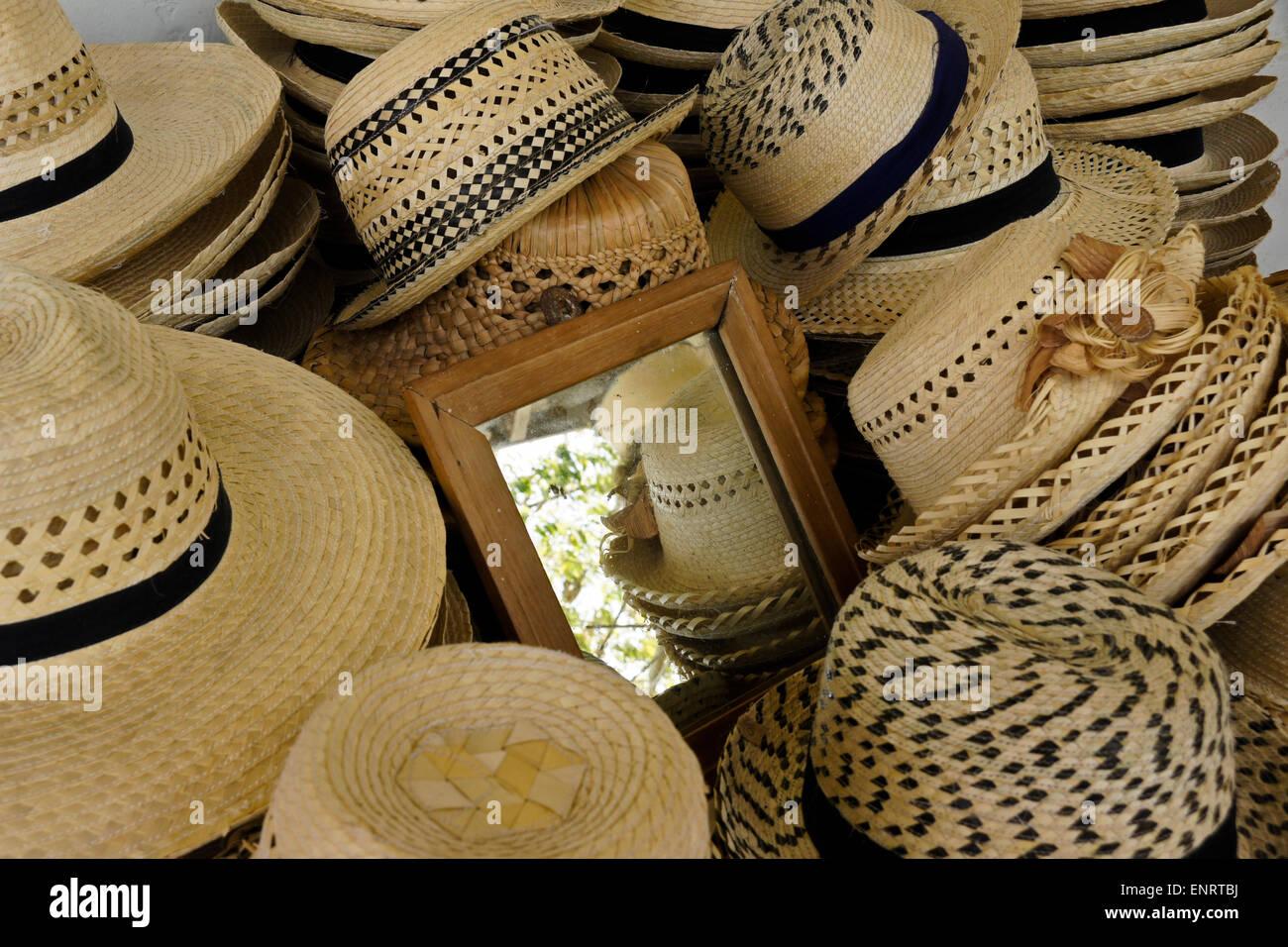 Straw Hats For Sale Imágenes De Stock   Straw Hats For Sale Fotos De ... 9fed00009d4