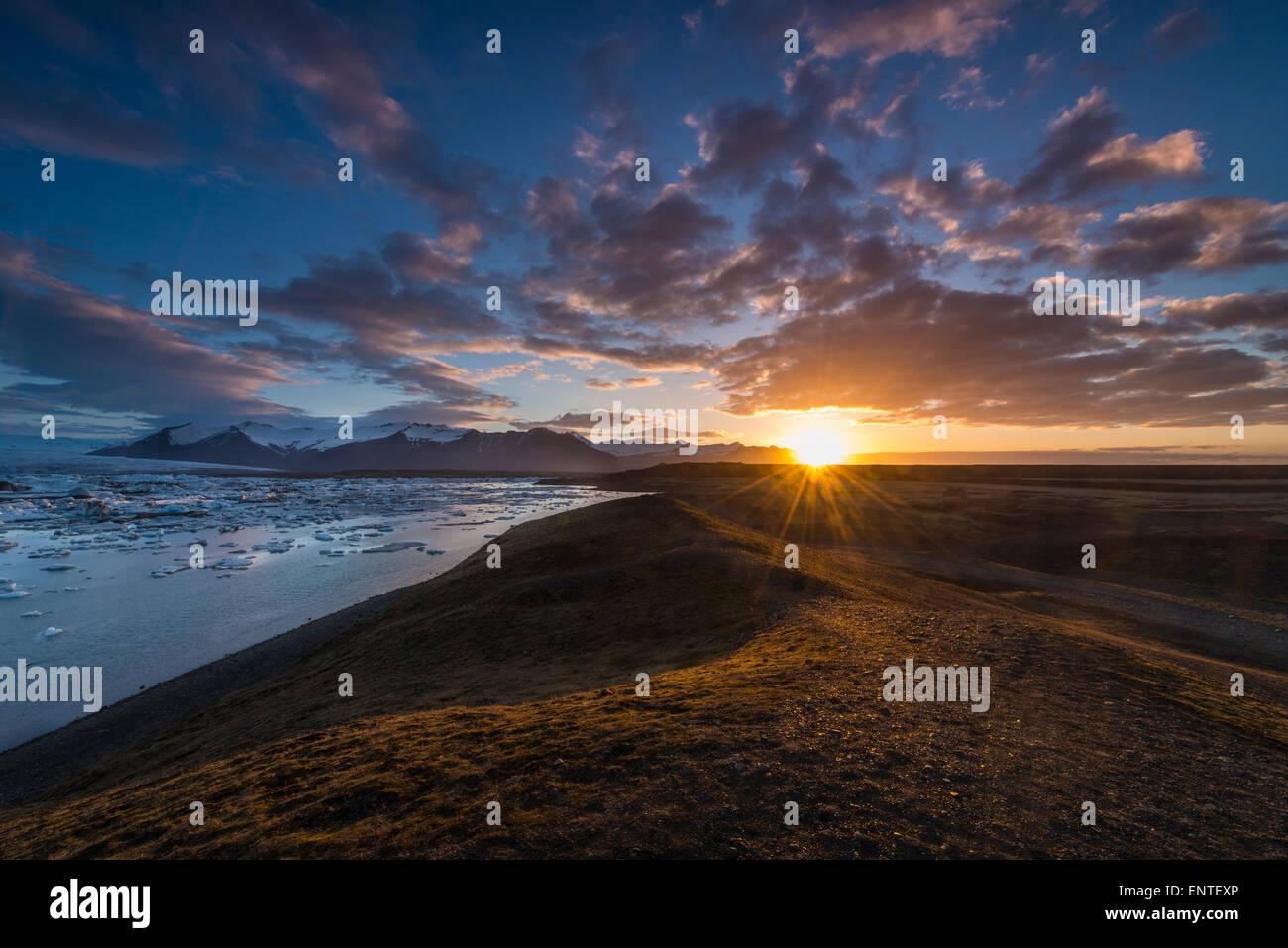 Islandia horizontal - Amanecer al amanecer en Jokulsarlon Lagoon, Parque Nacional Vatnajokull, Islandia Imagen De Stock