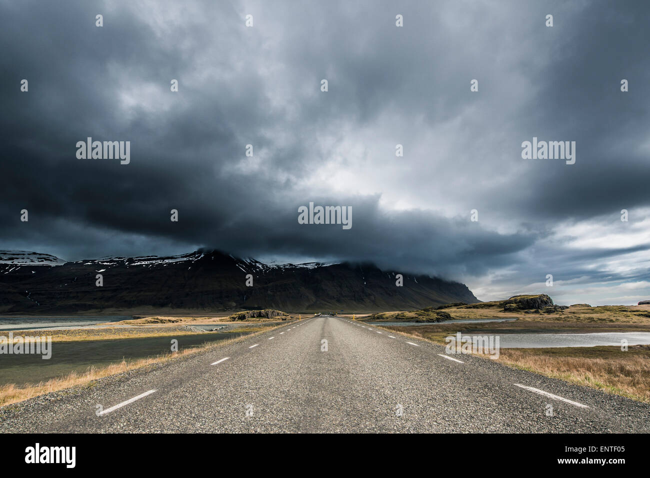 En un viaje por carretera a través de una carretera recta, Breidamerkursandur vacía, en el sur de Islandia Imagen De Stock