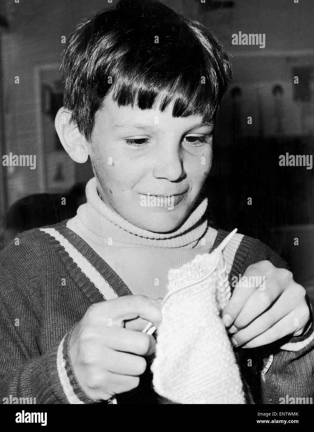 Cuando se trata de tejer las niñas tienen.... y purl pura y simple. Eso es lo que descubrió 15 colegiales Imagen De Stock