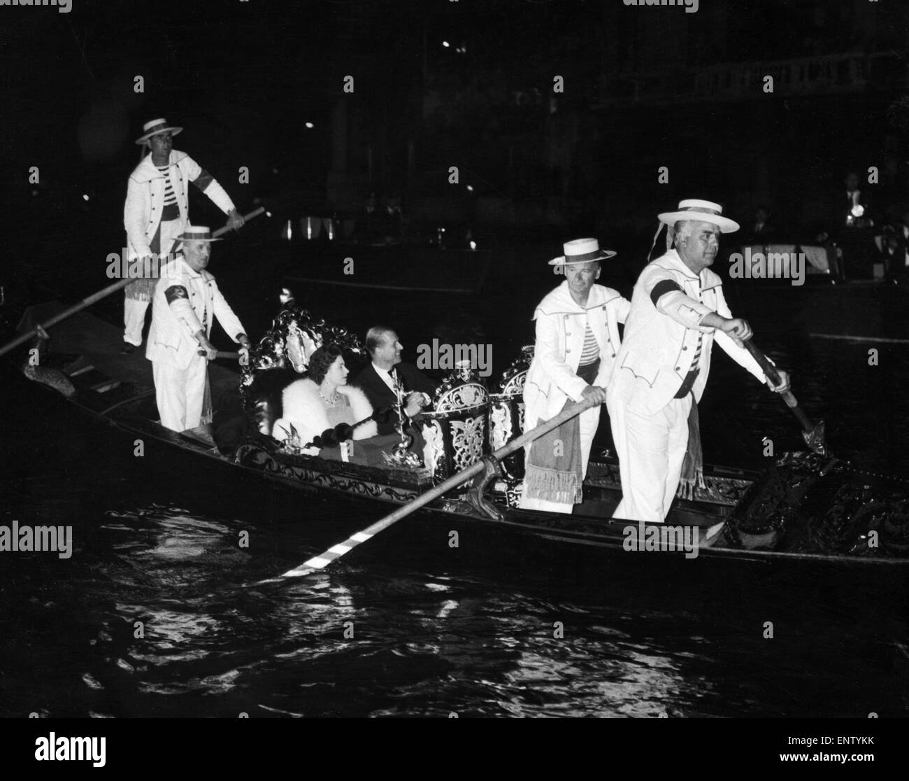La Reina y el Duque de Edimburgo en Venecia en una góndola. 8 de mayo de 1961. Foto de stock