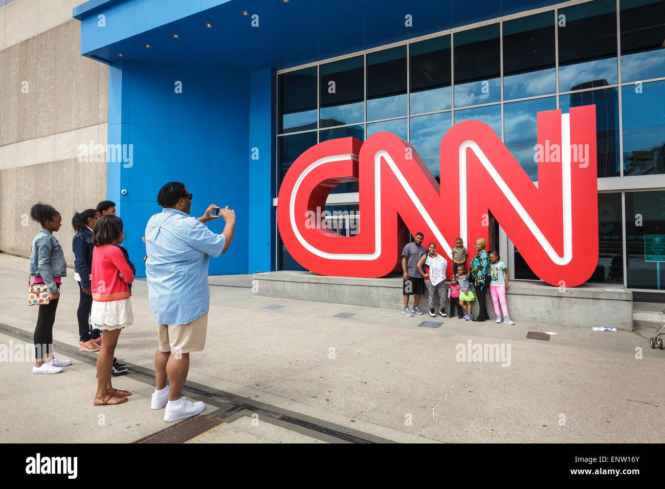 Momento Kodak para familia afroestadounidense en el CNN Center, Atlanta, Georgia, EE.UU. Imagen De Stock