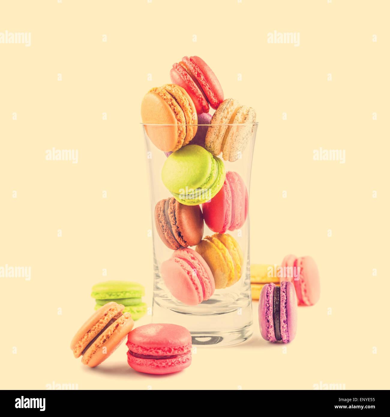 Coloridos macarons franceses en un vaso Foto de stock