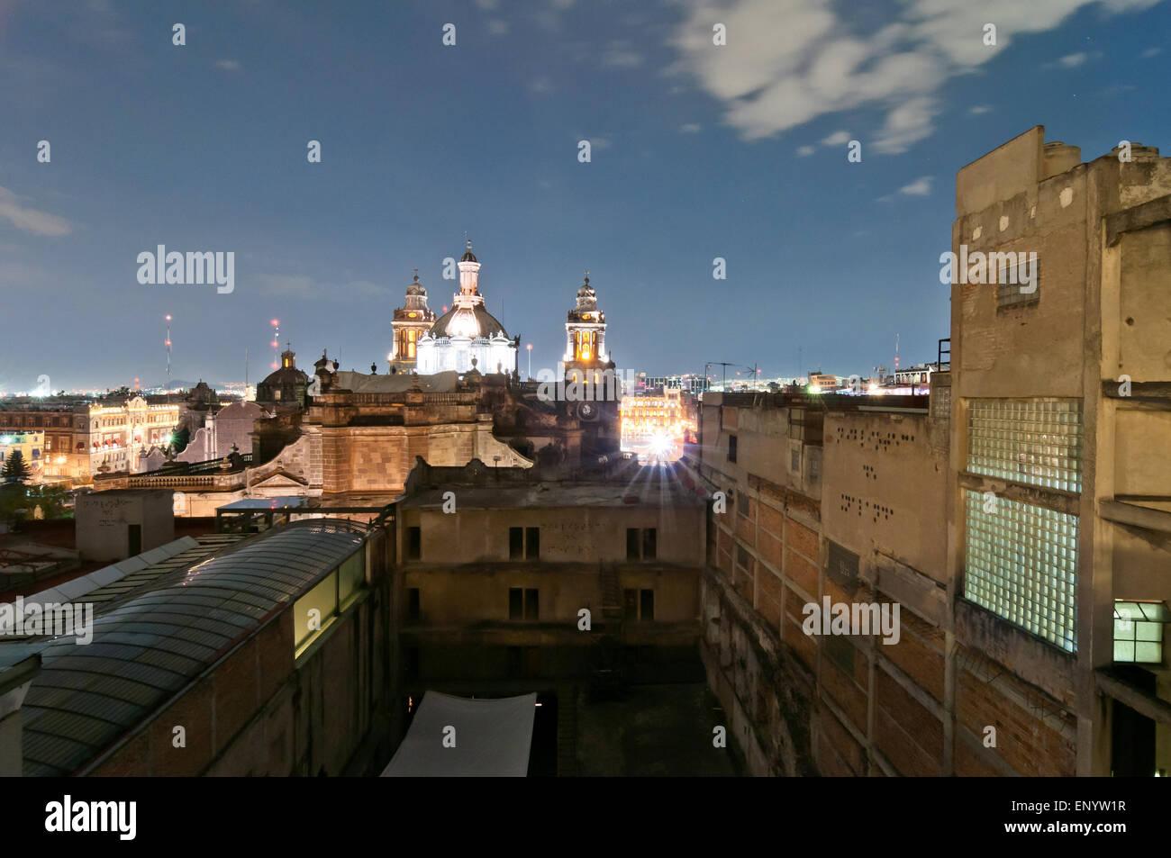 Ciudad de México, México - Abril 29, 2014: vista nocturna del skyline con barrios suburbanos iluminadas Imagen De Stock