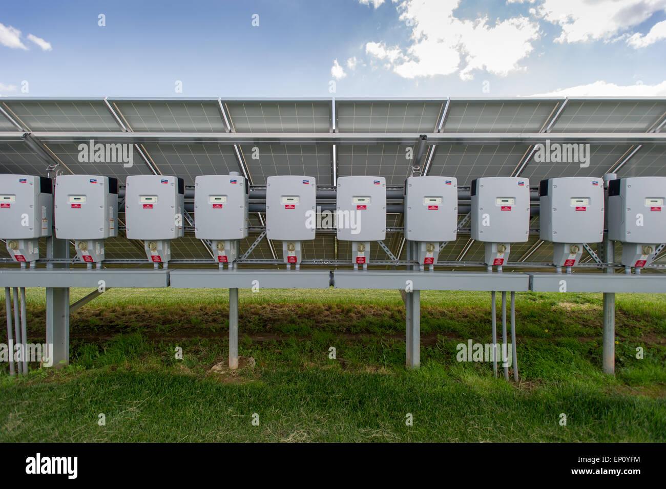 Metros conectados a paneles solares en Elizabethtown, Pennsylvania, EE.UU. Imagen De Stock