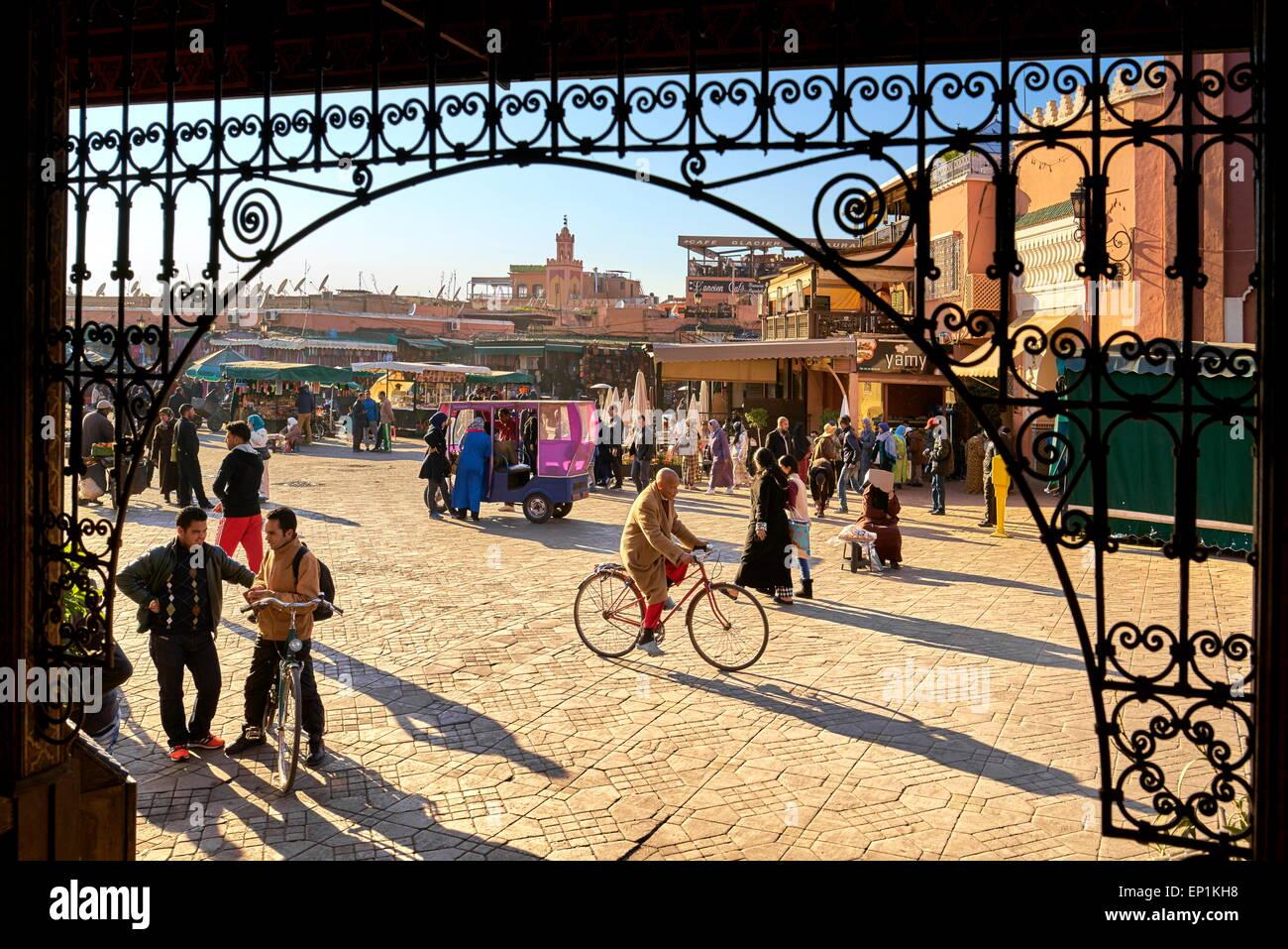 Medina de Marrakech. La plaza Jemaa el Fna, temprano en la tarde. Marruecos Imagen De Stock