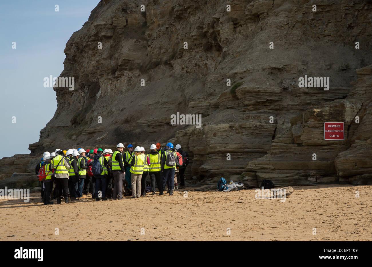 Estudiantes de geología en viaje de campo a Staithes, North Yorkshire Imagen De Stock