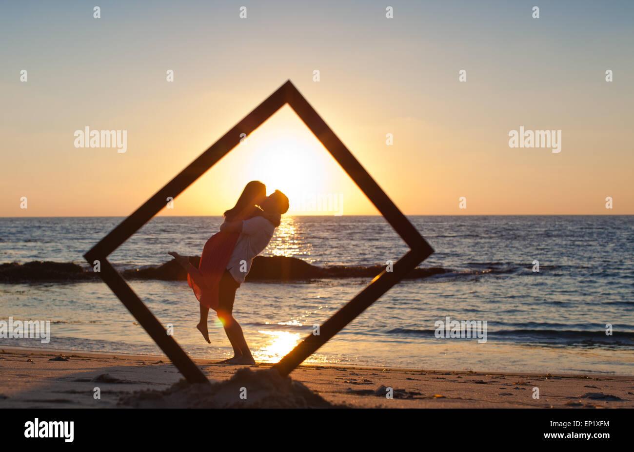 Silueta de una pareja en la playa en un marco Imagen De Stock