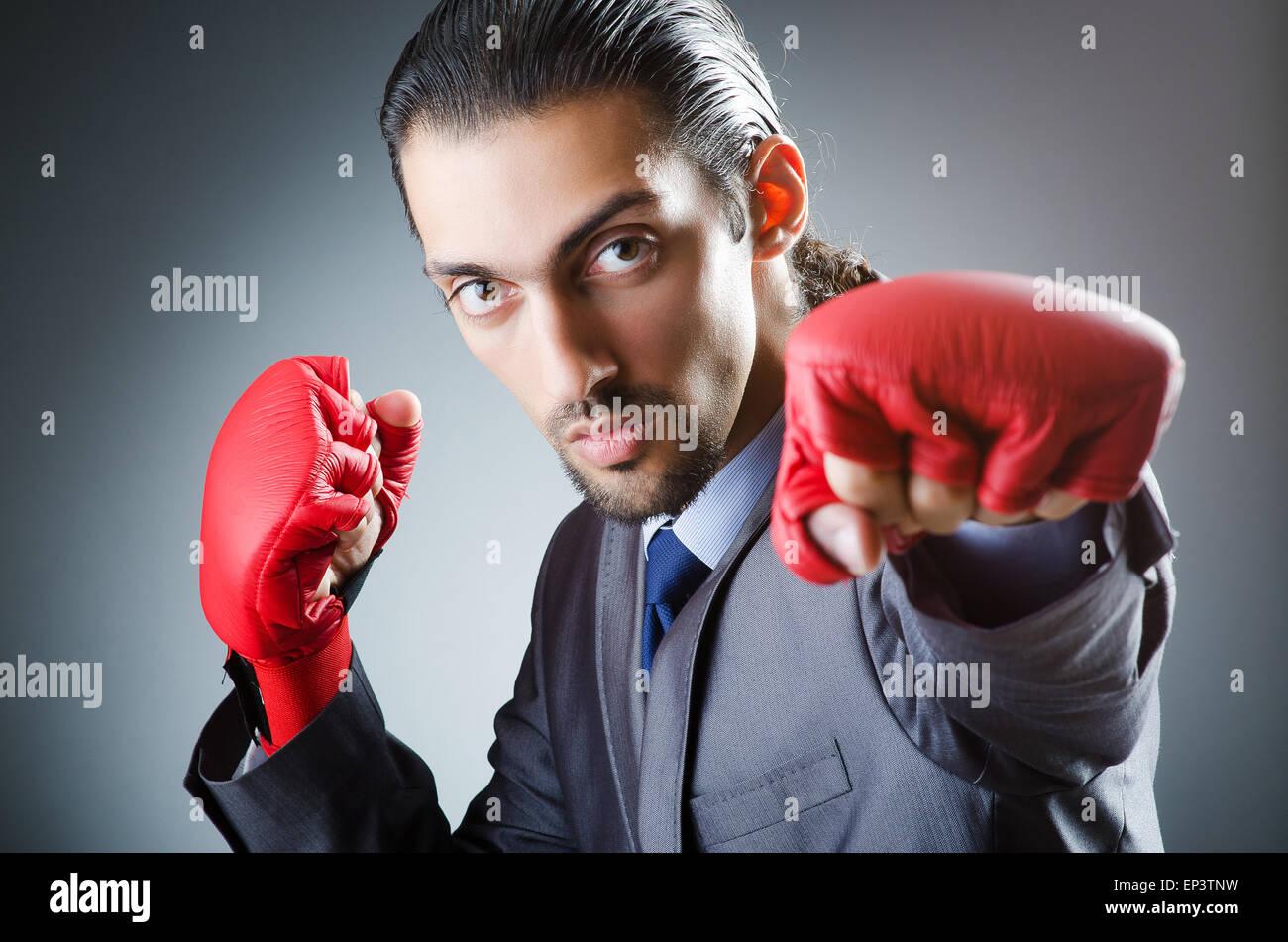 Empresario con guantes de boxeo en blanco Imagen De Stock