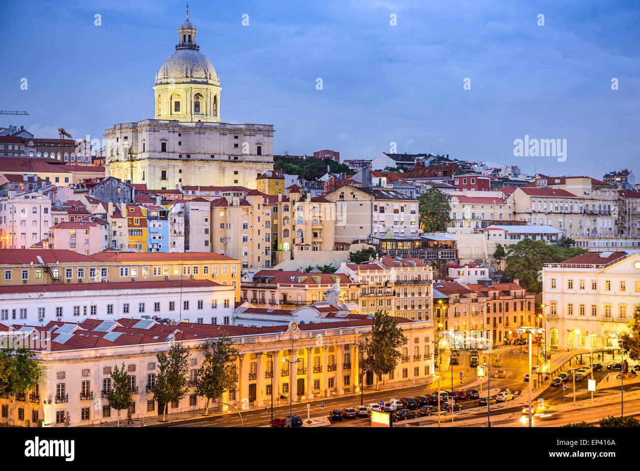 Lisboa, Portugal penumbra del paisaje urbano en el barrio de la Alfama. Imagen De Stock