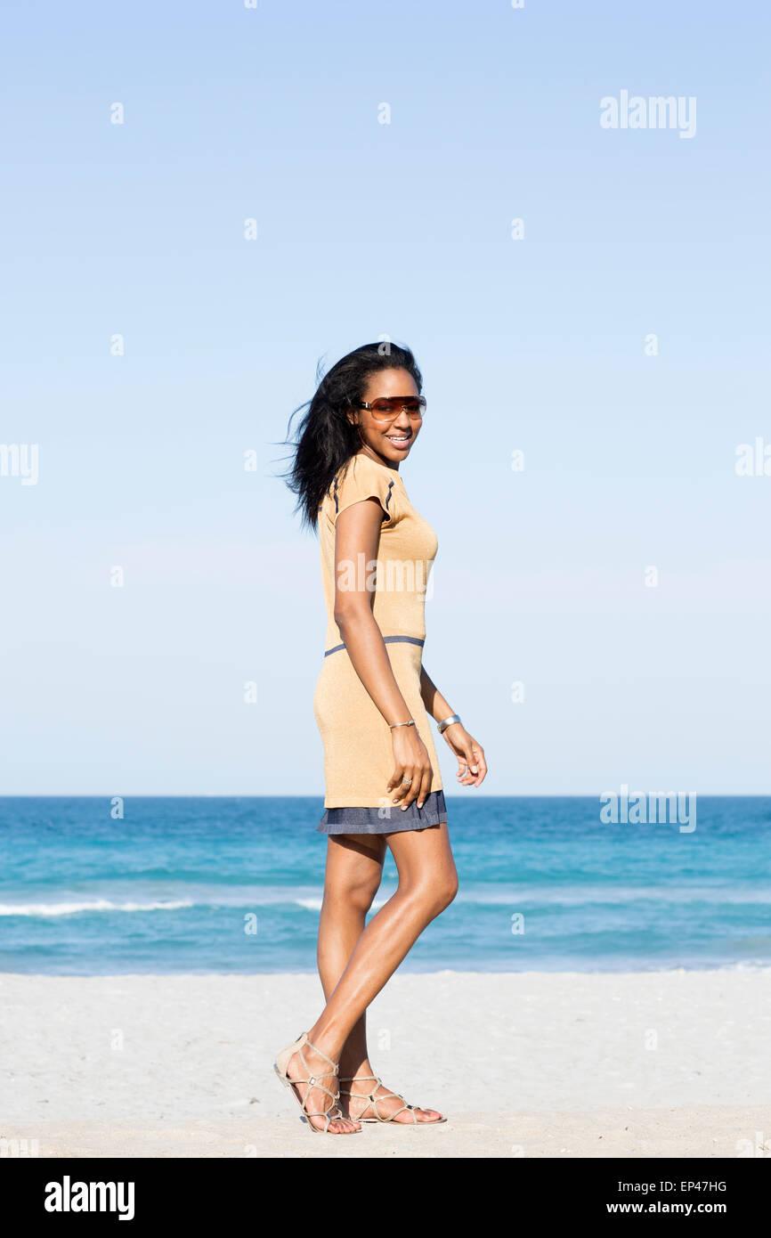 Joven muchacha elegante caminando junto a la orilla Foto de stock