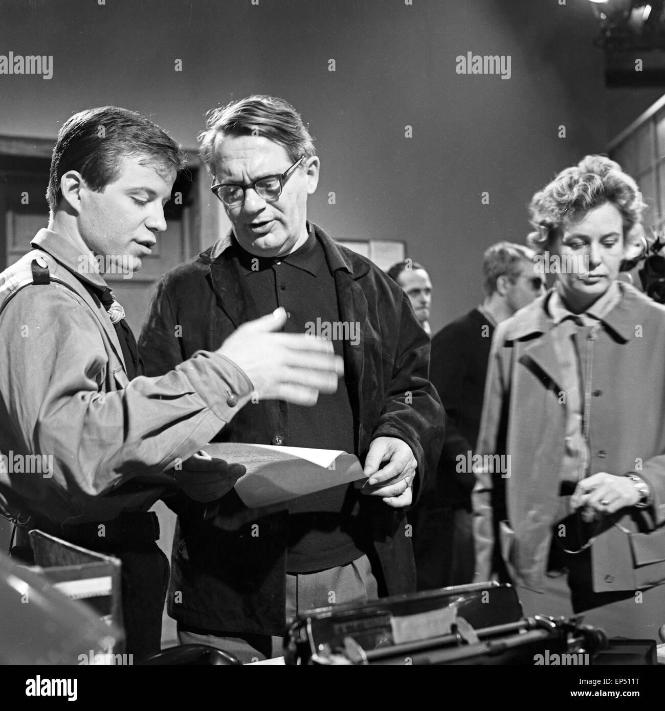 """Spielszene zum Fach """"Geschichte"""" im Rahmen des Schulfernsehens des NDR en Hamburgo, Alemania 1960er Jahre. Escena de la asignatura Foto de stock"""