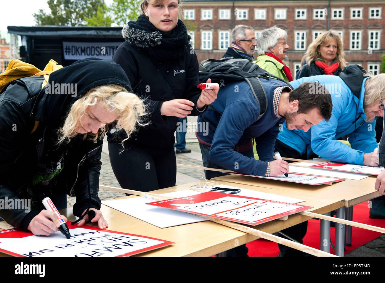 Copenhague, Dinamarca, del 13 de mayo de 2015: Manifestantes de ActionAid Dinamarca el Mitin contra la evasión Imagen De Stock