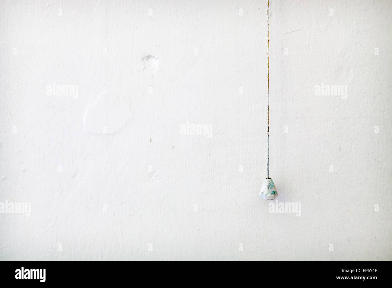 Concepto o metáfora de la austeridad, la pobreza, el cambio o la nada. Casi desnudas paredes interiores enlucidas Imagen De Stock