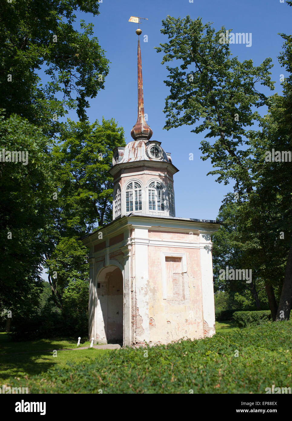 Oranienbaum.Entrada honorable gate del emperador Pyotr III.. Imagen De Stock