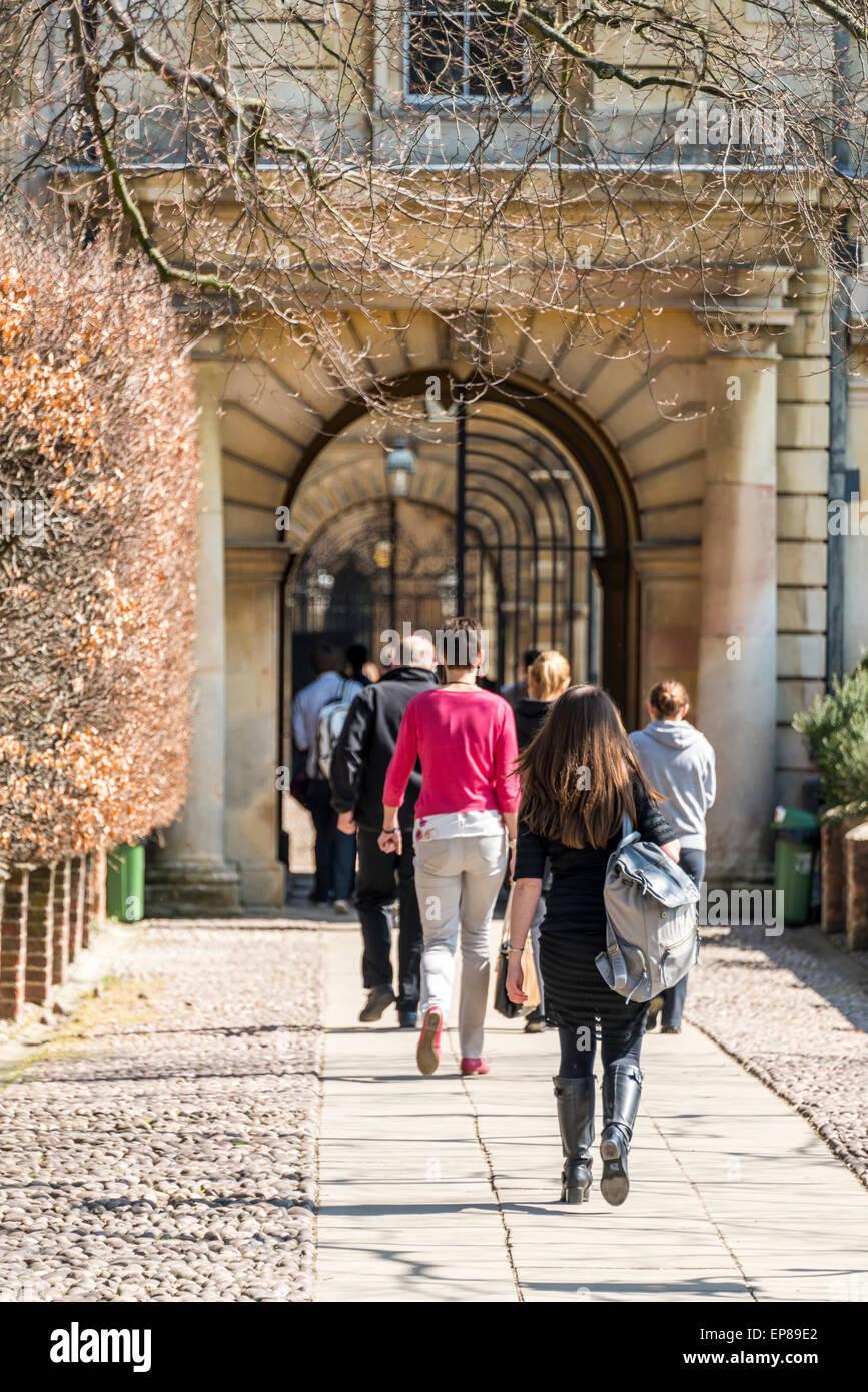 Los estudiantes que ingresan a Clare College, Universidad de Cambridge de la entrada posterior que constituye parte del famoso 'Backs' Foto de stock