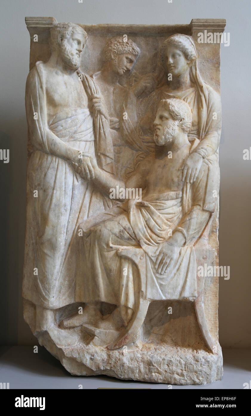 Estela de mármol (lápida) de un hombre. Griego, buhardilla, ca. 375-350 AC. Museo Metropolitano de Arte Imagen De Stock