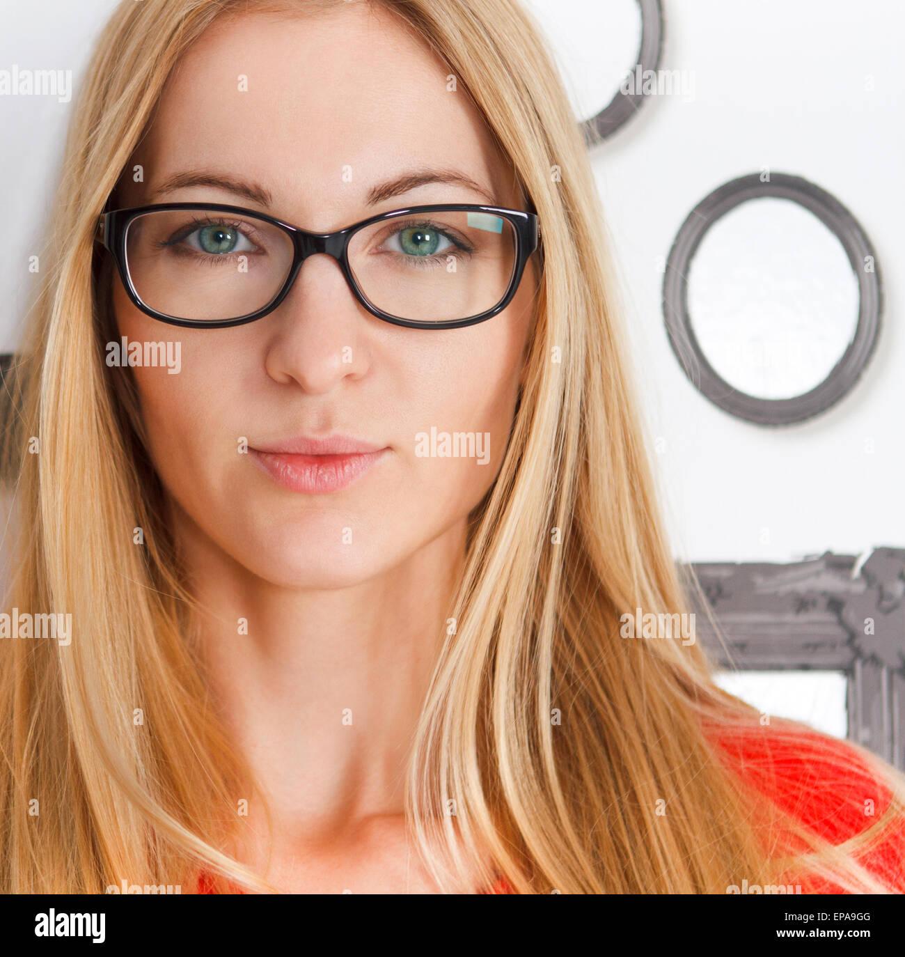 Retrato de mujer vistiendo negro gafas Imagen De Stock
