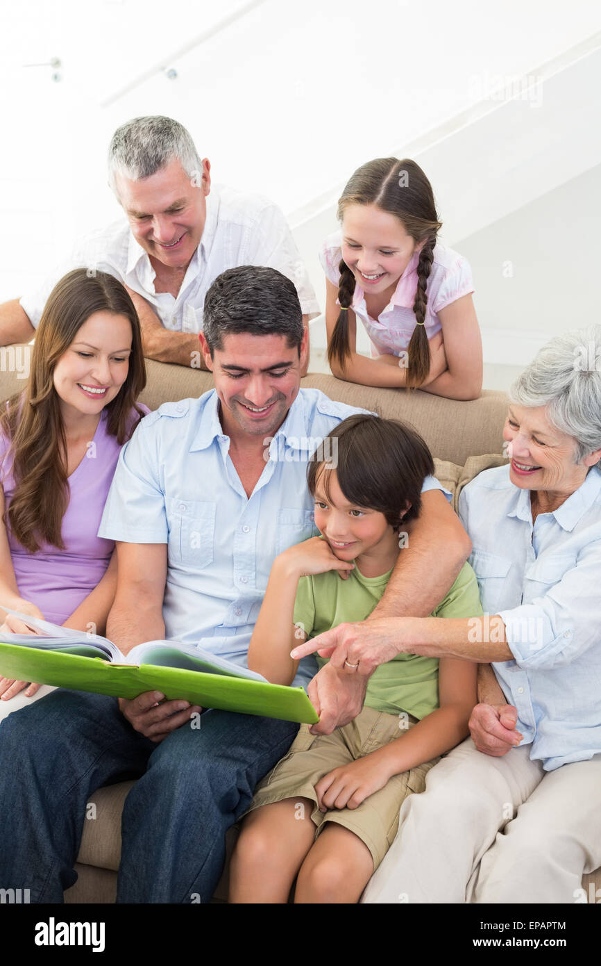 Familia Feliz libro de lectura Imagen De Stock