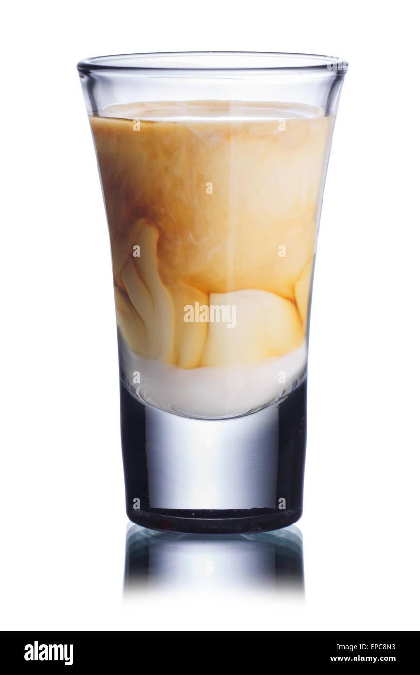 Bebidas cóctel en disparo aislado en blanco cristal Imagen De Stock