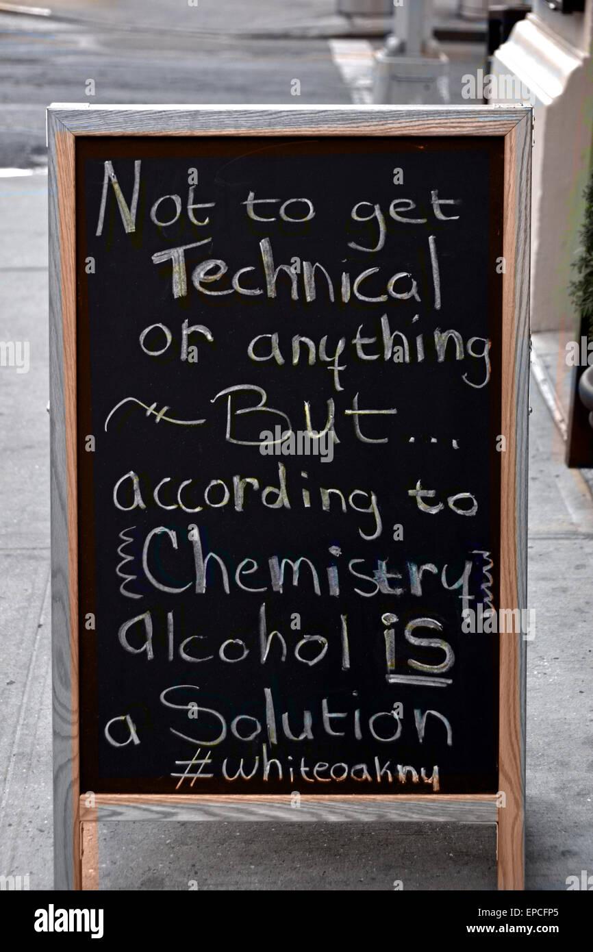 Un gracioso cartel fuera un bar fomentando el consumo de alcohol fuera de un restaurante en Greenwich Village, Nueva Imagen De Stock