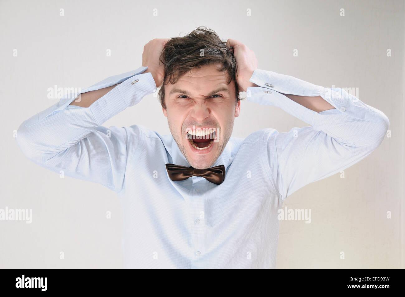 Retrato emocional de atractivo hombre gritando sobre fondo blanco, el concepto empresarial Imagen De Stock