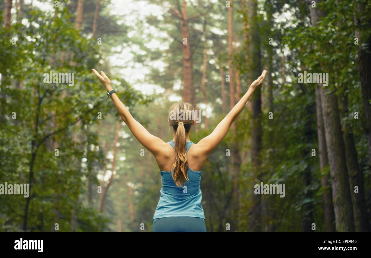 Vida sana fitness mujer deportiva corriendo temprano en la mañana en el área forestal, concepto de estilo Imagen De Stock