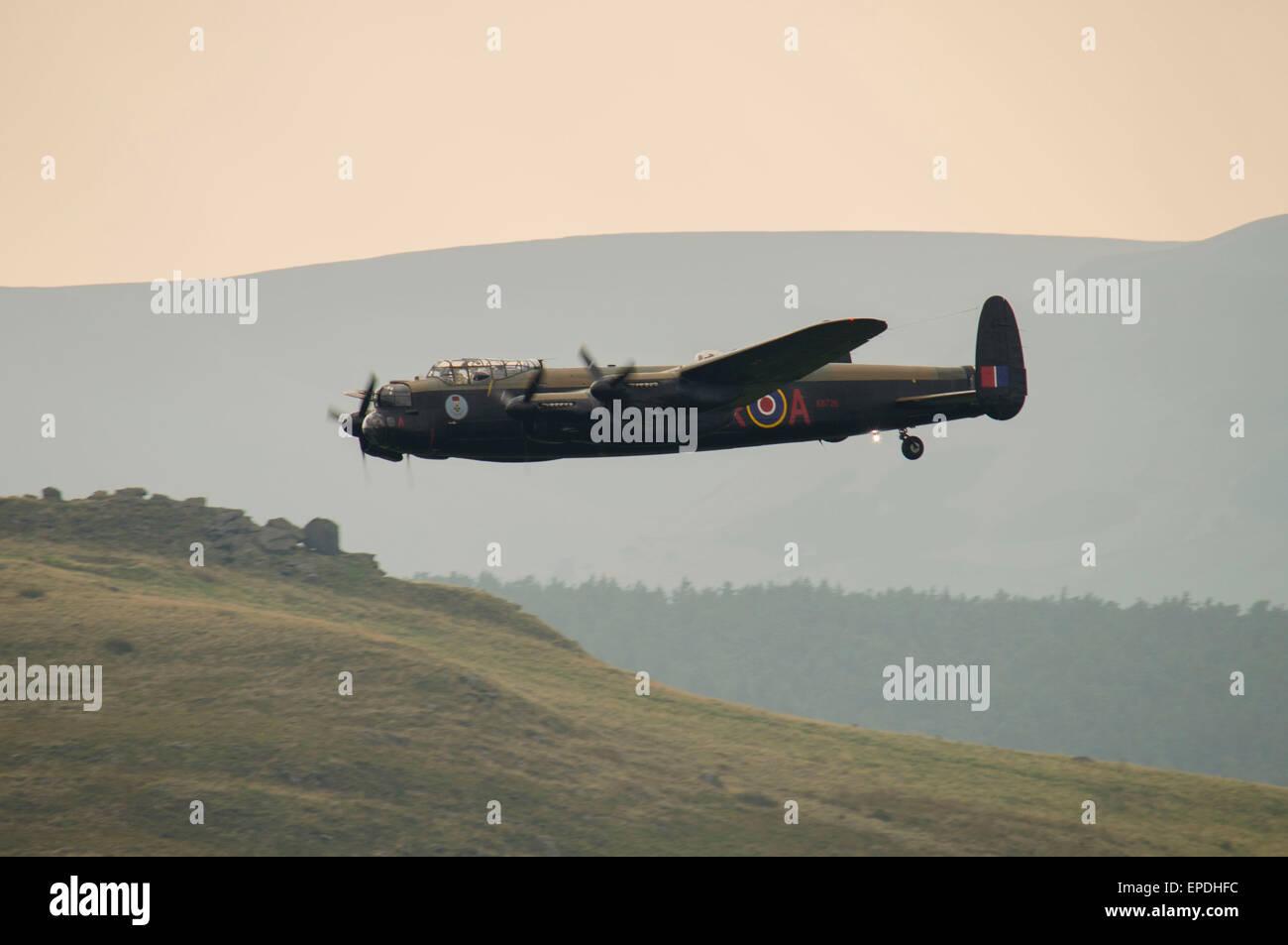 Retratada aquí es un bombardero Avro Lancaster en sobrevolar en el Valle Derwent, cerca del depósito de Ladybower. Foto de stock