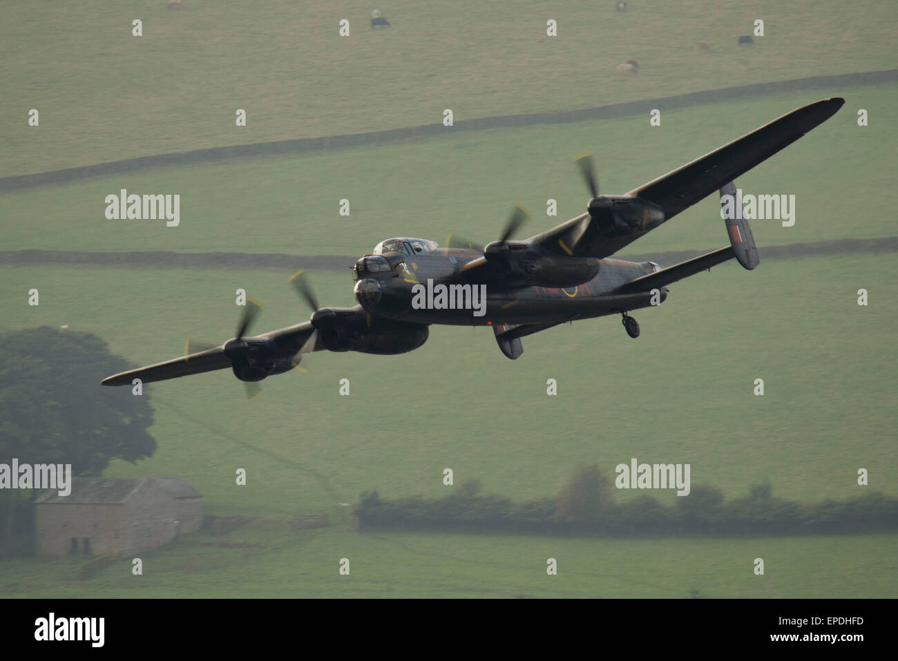 Mostrado aquí es el Avro Lancaster, Bombardero durante una banca Ladybower sobrevolar el embalse en el Valle Derwent. Foto de stock