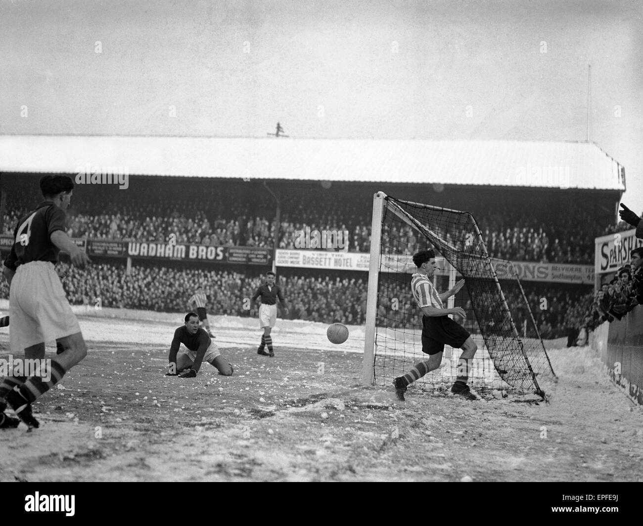 Southampton v Barnsley, partido de Liga en el Dell, Sábado, 16 de diciembre de 1950. Puntuación final: Southampton Barnsley 1-0 Foto de stock
