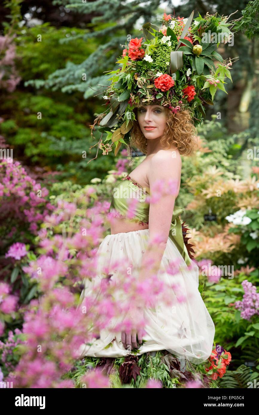 Londres, Reino Unido. 18 de mayo de 2015. Modelo Raine lleva un vestido y tocado hechas de flores y follaje realizados Foto de stock