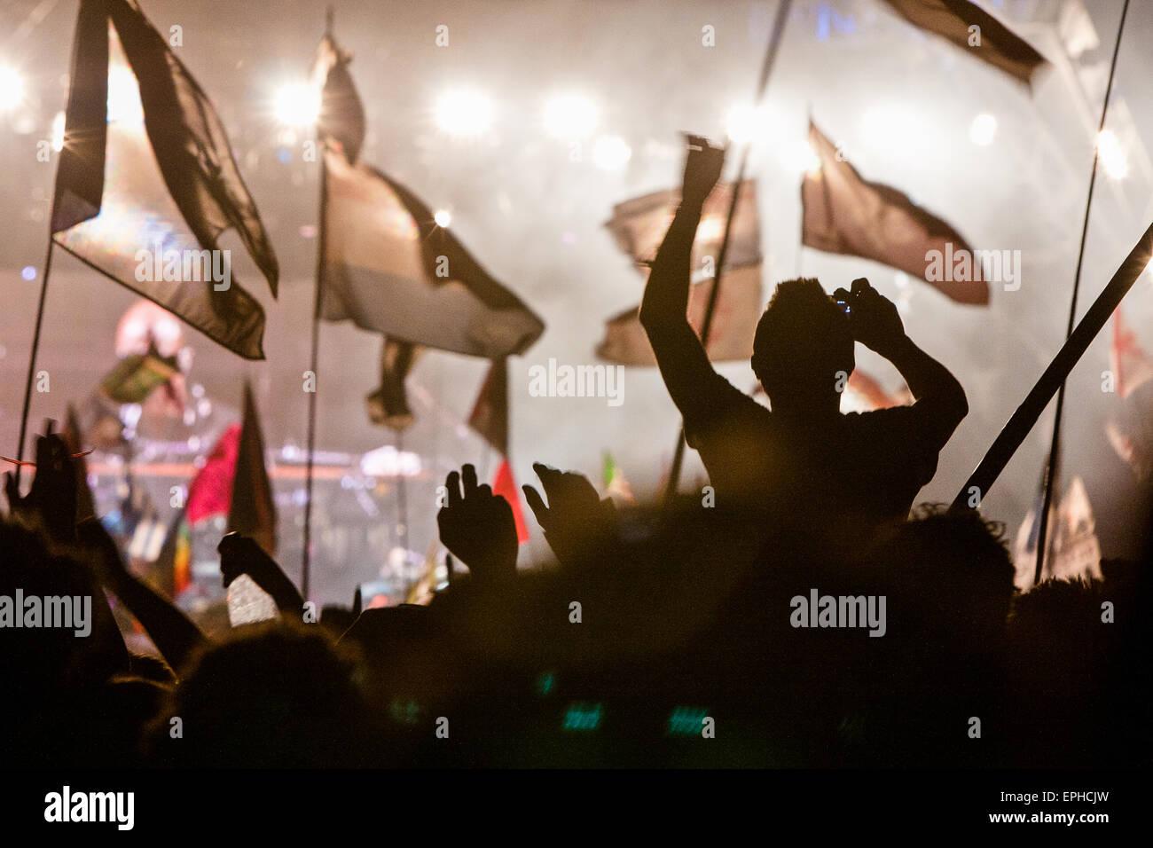 Banderas y multitud en el escenario de la pirámide durante el guarnecido actuación en el Festival de Glastonbury/ Imagen De Stock