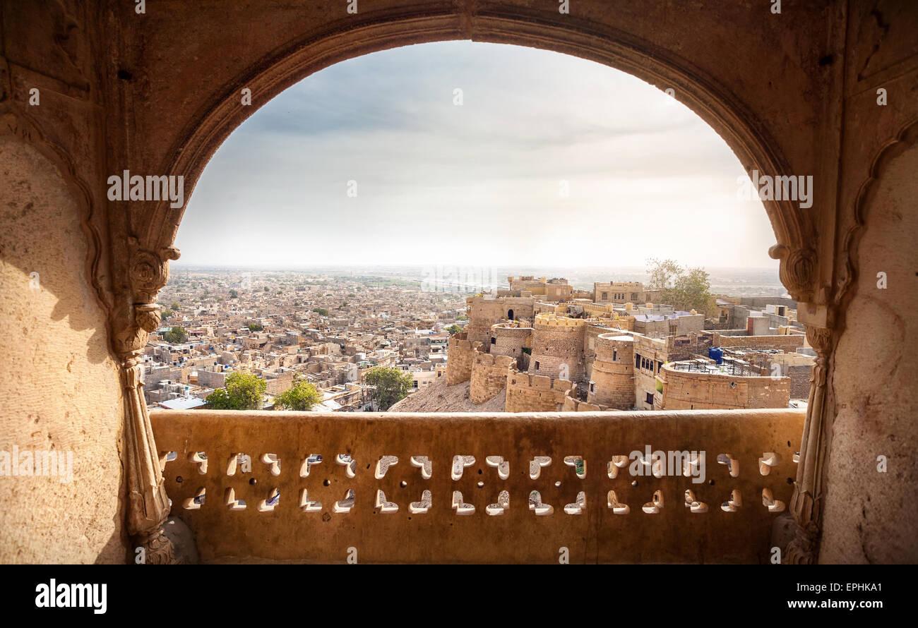 Ciudad y fort vista desde la ventana en el museo del Palacio de la ciudad de Jaisalmer, Rajasthan, India Imagen De Stock