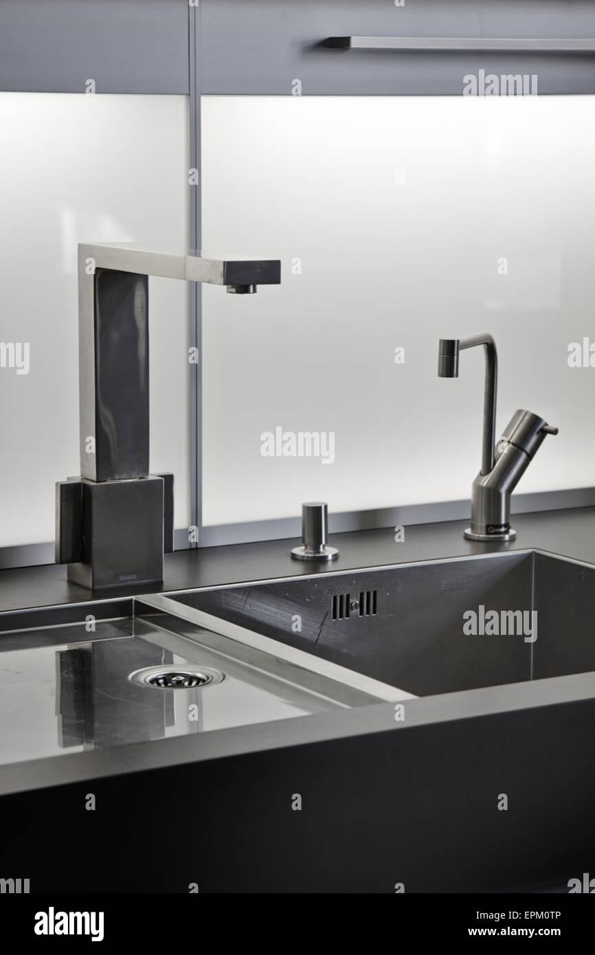Detalle de lavabo en la cocina moderna unidad, Cat Hill Barn, South ...