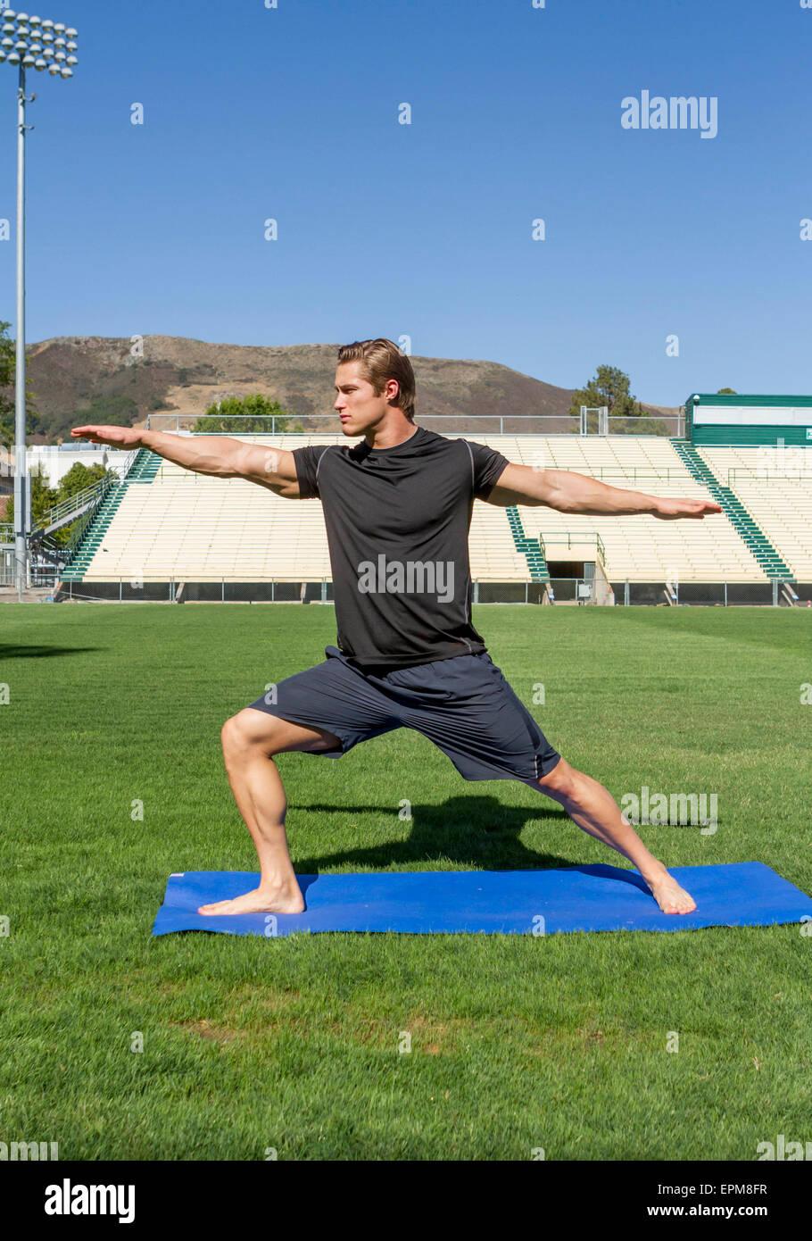 California, Estados Unidos, San Luis Obispo, joven haciendo ejercicios en un campo de deportes Imagen De Stock