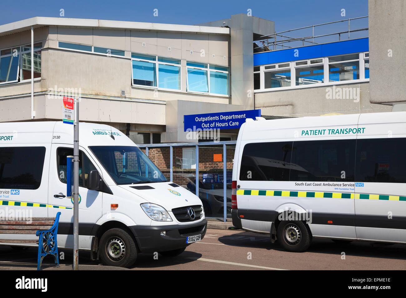 Los vehículos de transporte de pacientes fuera del departamento de pacientes ambulatorios del Hospital de entrada Imagen De Stock