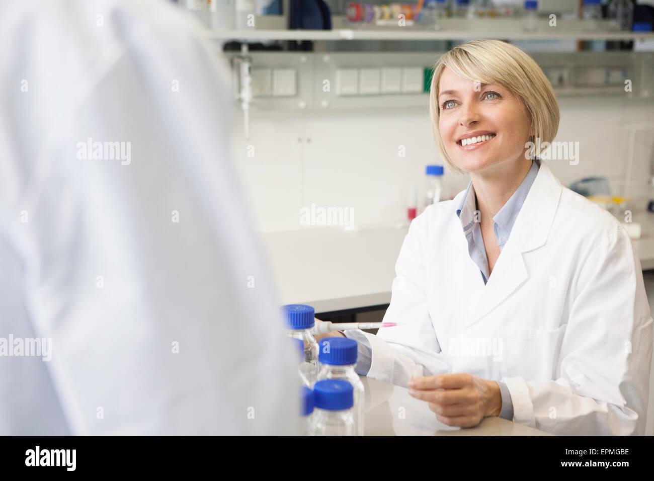 En el laboratorio científico sonriente hablando Imagen De Stock
