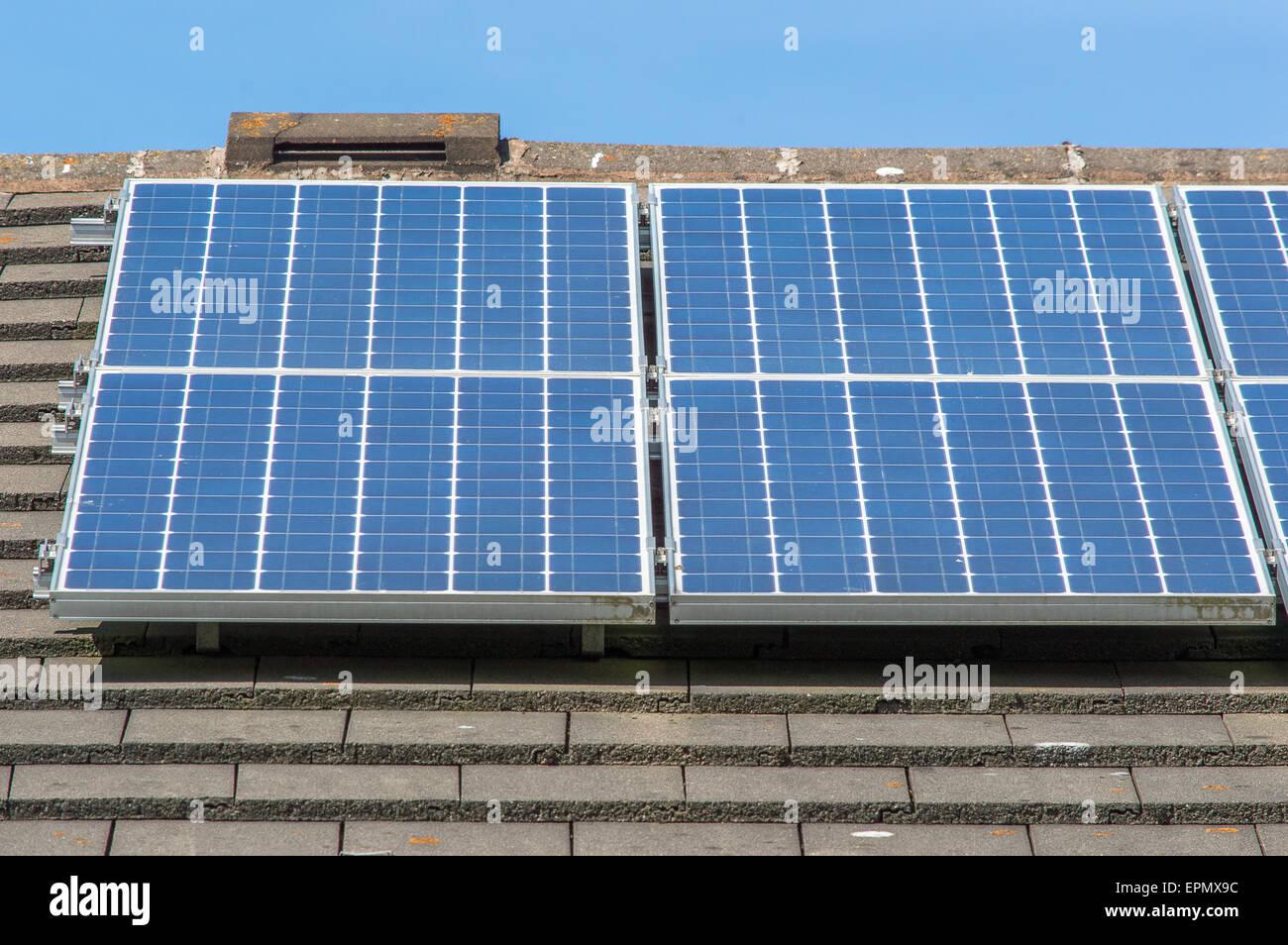 Paneles solares en el techo de un día soleado Imagen De Stock