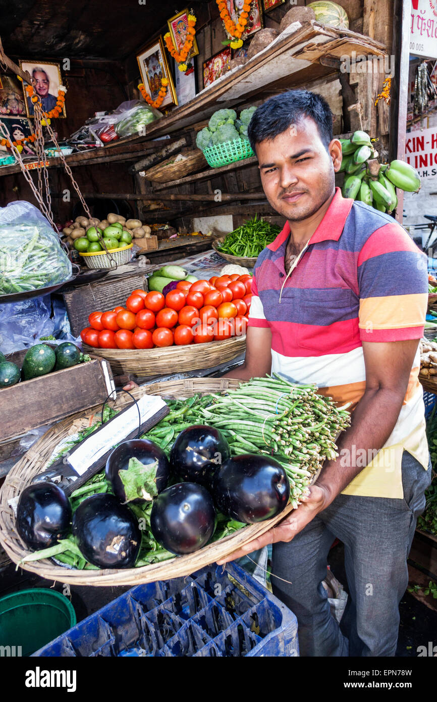 Asia India Mumbai Apollo Bandar Colaba Causeway mercado Indumati Sakharkar Marg Lala Nigam Road shopping hombre Imagen De Stock