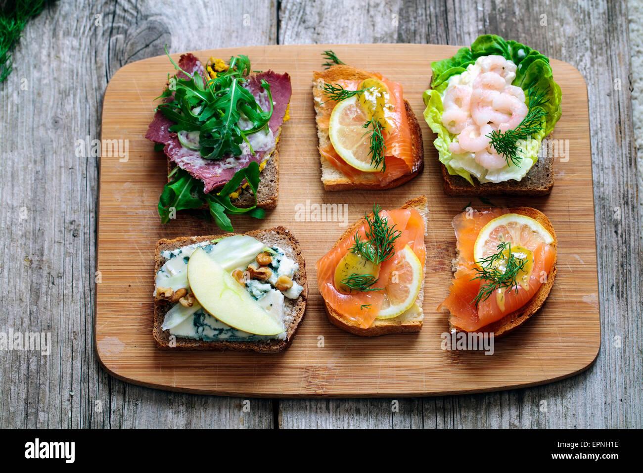 Selección de sándwiches abiertos escandinavo Foto de stock