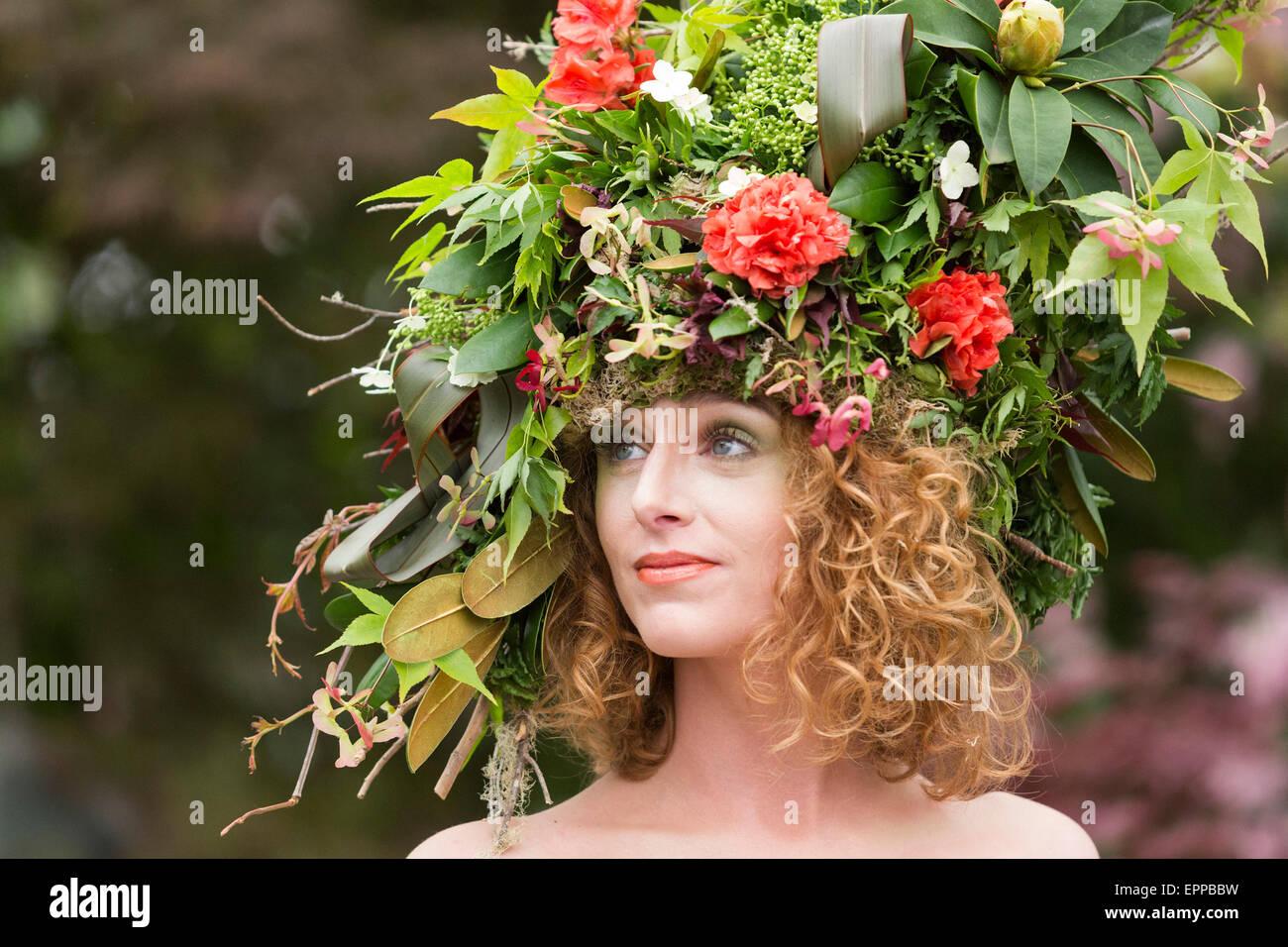 RHS Chelsea Flower Show, retrato de un modelo con un gran tocado floral en el Hillier viveros tradestand Foto de stock