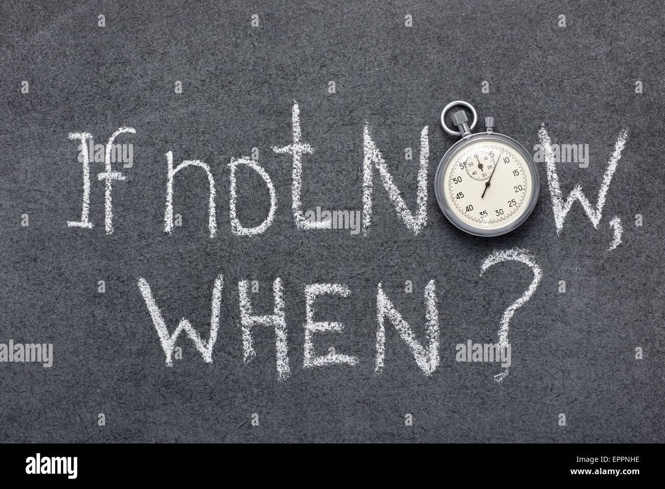 Si no es ahora, cuando la pregunta manuscrito en pizarra con vintage cronómetro exacto utilizado en lugar de Imagen De Stock