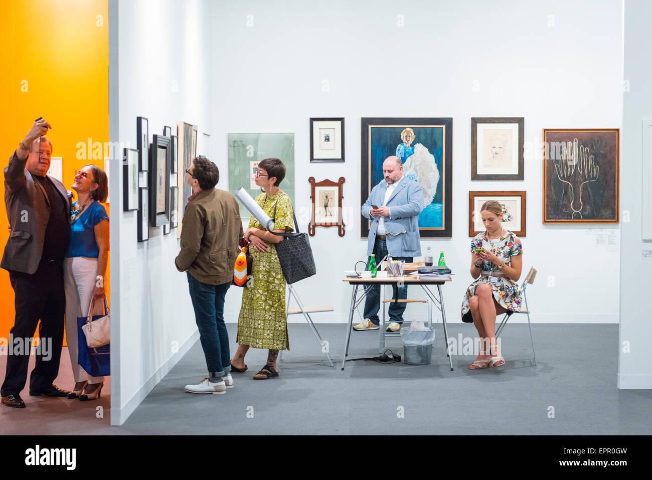 Art Basel Miami florida feria internacional de arte contemporáneo moderno exposiciones fotografías esculturas concesionarios stand visitantes invitados silla mesa Foto de stock
