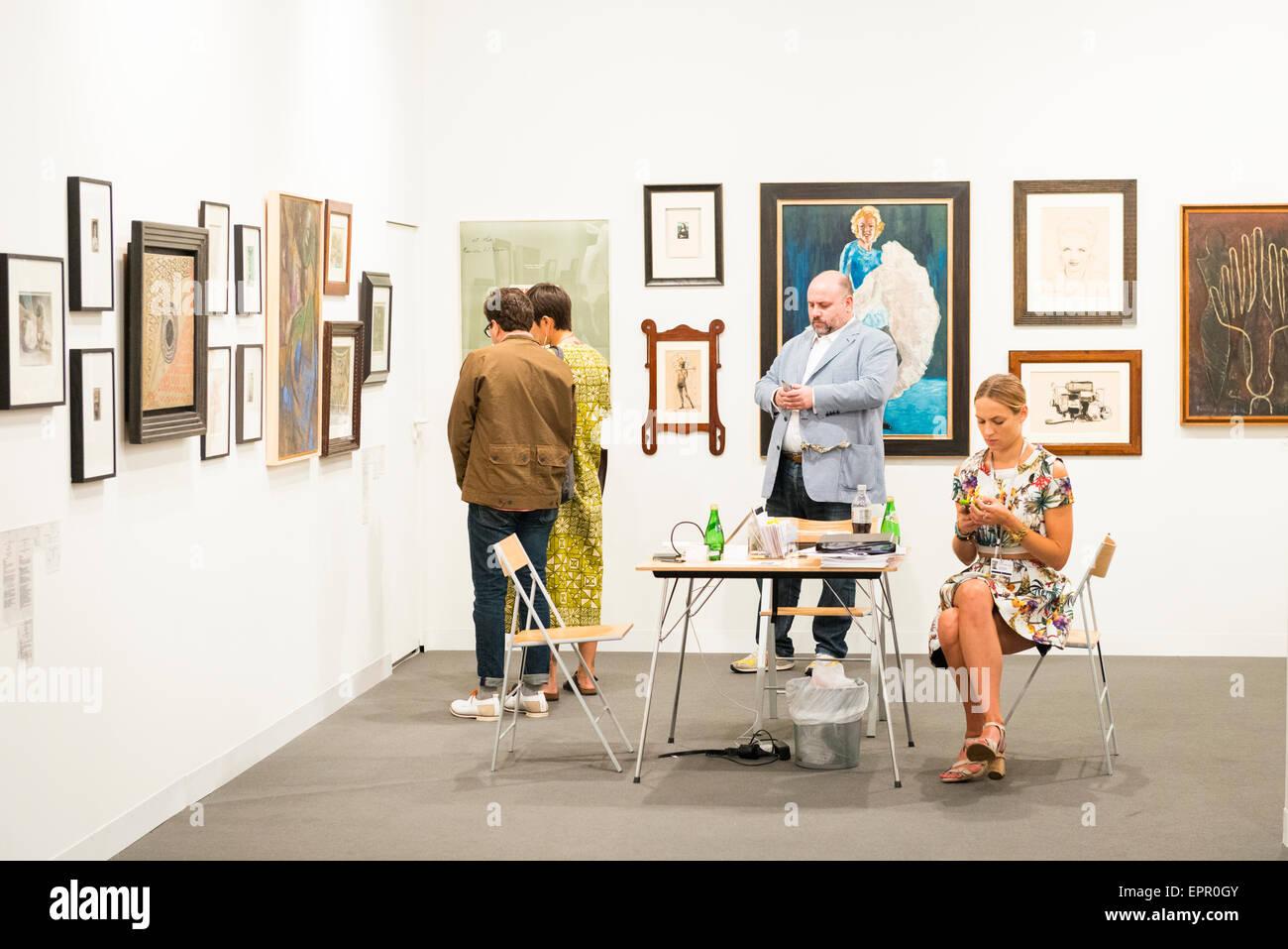 Art Basel Miami Florida feria internacional de exposiciones pinturas esculturas modernas imágenes stand visitantes invitados Foto de stock
