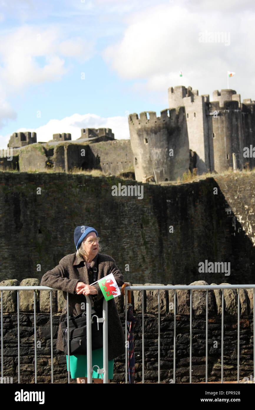 Fan esperando el Tour de Bretaña carrera ciclista en Caerphilly Imagen De Stock