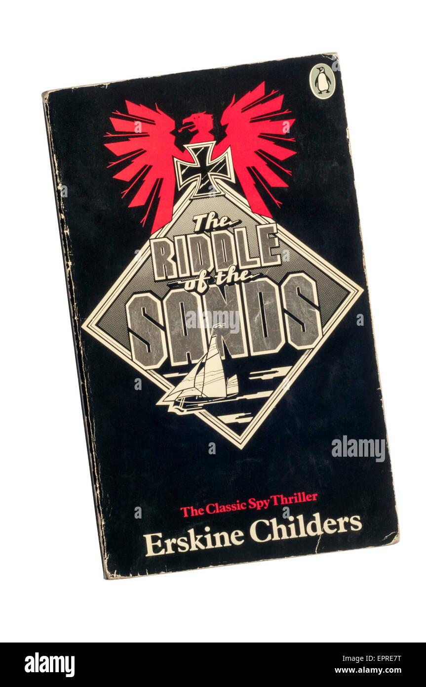 Paperback copia de El enigma de las arenas por Erskine Childers, publicado por Penguin en 1978. Foto de stock