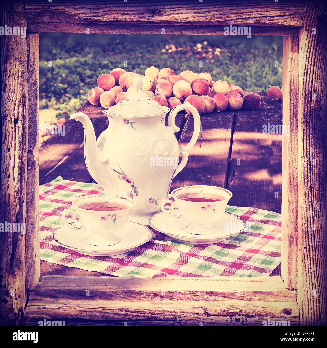 Tonos Vintage juego de té en el jardín de bastidor de madera Foto ...