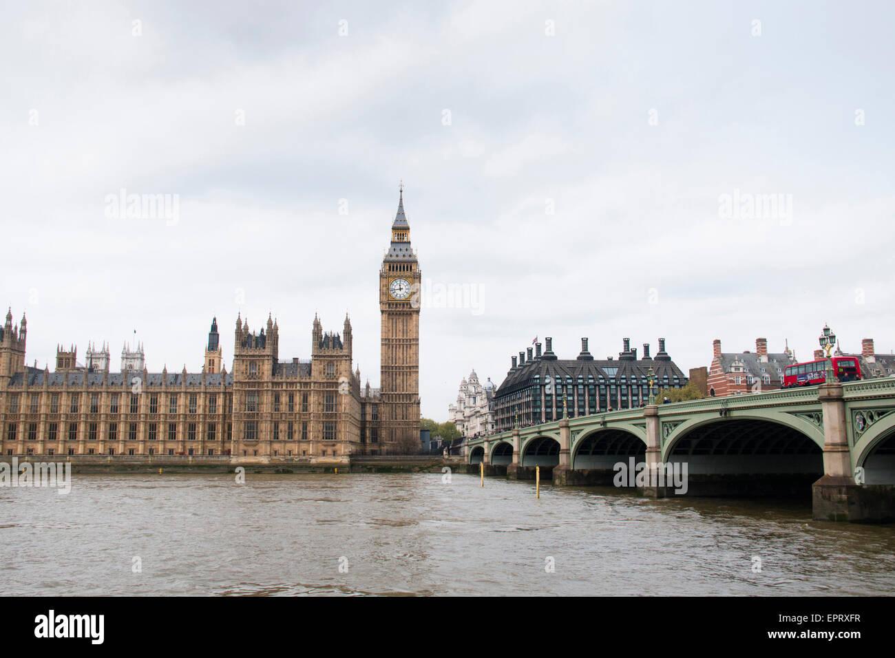 Las casas del parlamento con el Big Ben la torre y el puente de Westminster en Londres, Reino Unido Foto de stock